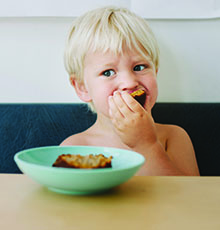 child eating, food allergies